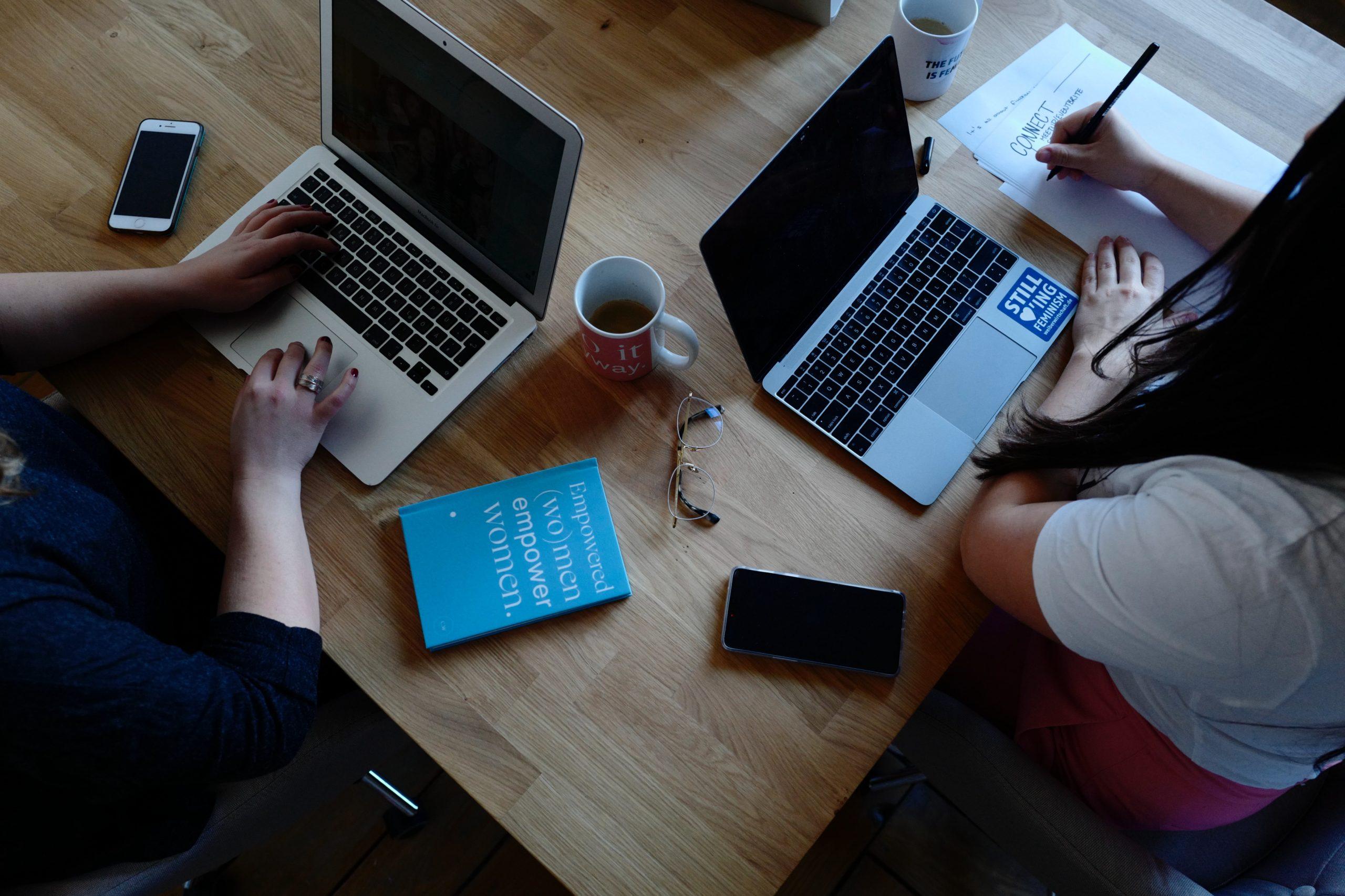 パソコンと働く女性